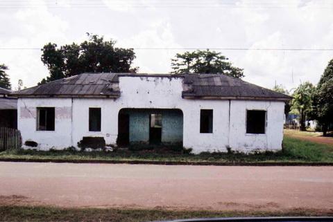 Resto do que um dia foi o Juizado de paz de Abunã, antiga vila ferroviária que hoje não passa de algumas casas ao largo da BR364