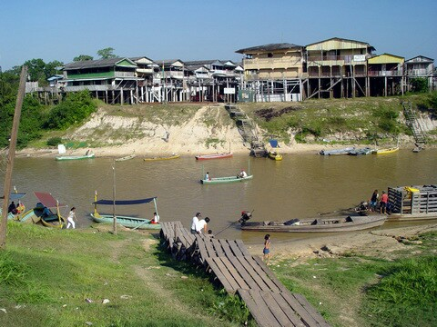 O Lado Boliviano da fronteira (Ao Lado) possui um povoado...