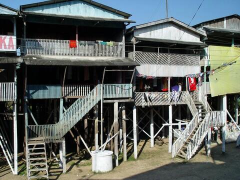 As casas são palafitas devido à grande volatilidade do nível do rio, que sobe até quase alcançar o primeiro pavimento das casas, quando não o alcança.
