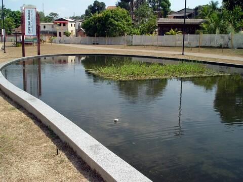 Espelho d'água dentro do parque