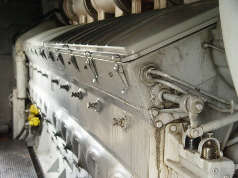 Pequeno (Uns três metros de comprimento) conjunto Motor-Gerador montado numa espécie de Container.
