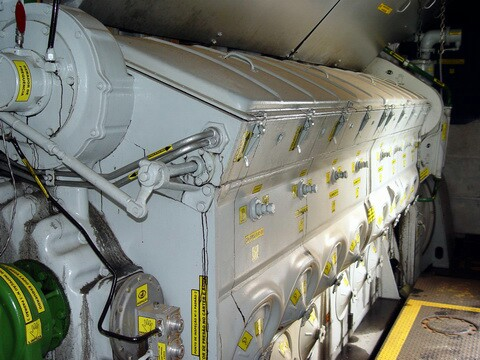 Outro  'pequeno' motor, observe as etiquetas bem típicas do TPM, observe também como é inglória a luta contra os vazamentos de óleo.