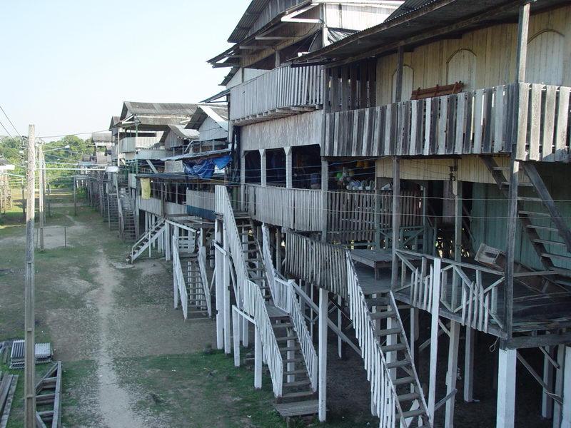 as construções além de serem estabelecimentos comerciais servem de casa também.