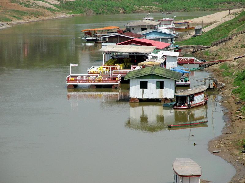 Embarcações Comerciais flutuantes no rio...Adivinha!