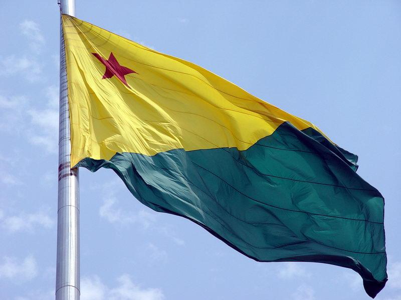 Bandeira Acreana em um monumento comemorativo ao centenário da revolução que integrou o Acre ao Brasil (2002)