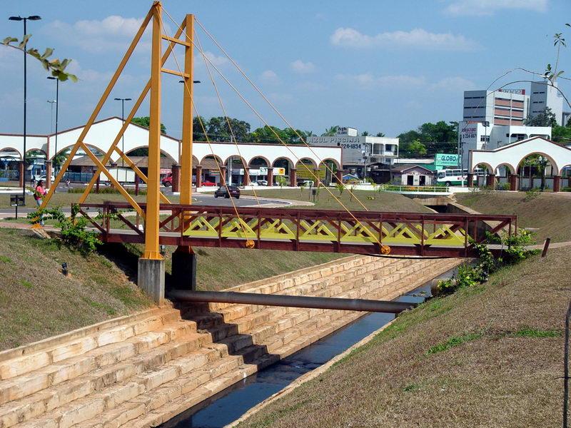 Uma das inúmeras pontes que cruzam o canal