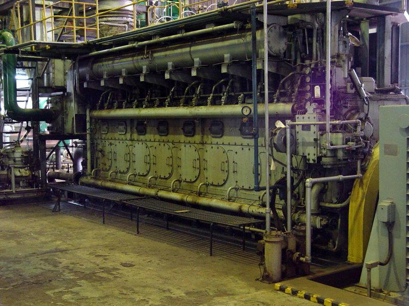 O Motor, de combustão interna, ciclo de Otto, movido a óleo, dizem que cabe uma pessoa dentro de cada um dos oito cilindros.