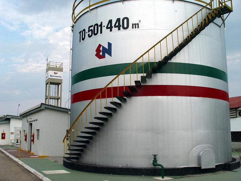 Tanque de óleo combustível, além dele existem dutos ligando a Eletronorte ao depósito da Petrobras ao lado, pois as crianças aqui apresentadas são sedentas de óleo.
