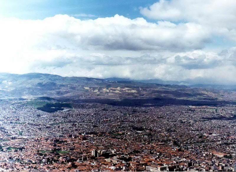 A cidade vista do alto, o morro se chama Mont Serrat