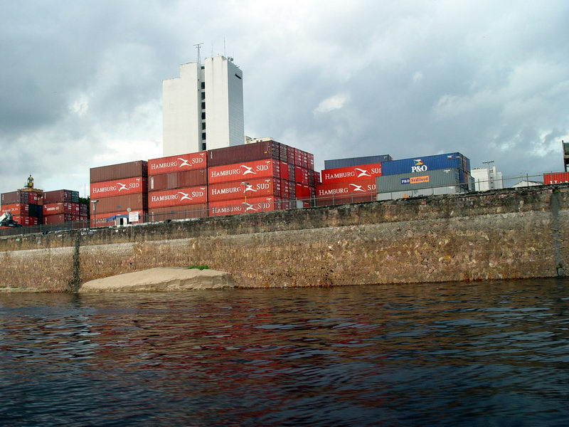 A cidade é um importantíssimo entreposto de importação e exportação do país.