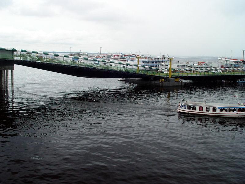 Vista de uma plataforma de embarque preparada para as 'mares' do rio
