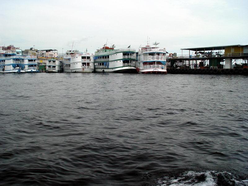 Barcos que fazem linhas entre as cidades amazônicas