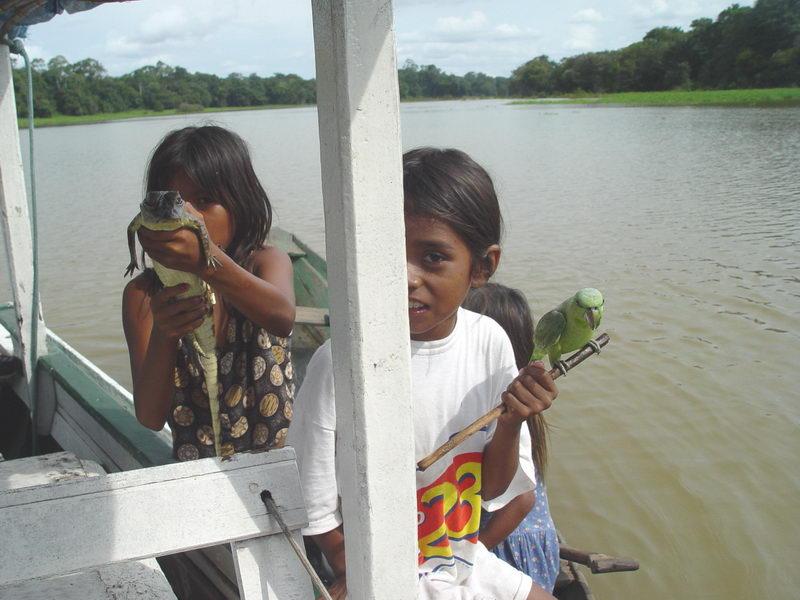 As crianças ficam mostrando os bichos a turistas na esperança de ganhar um dinheiro..