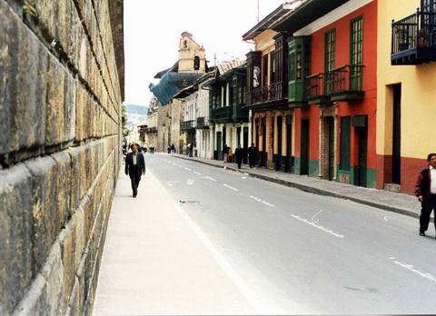 Rua histórica do centro de Bogotá