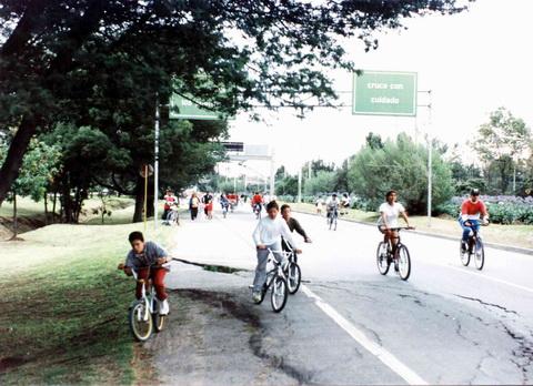Aos domingos algumas avenidas são fechadas e viram ciclovias