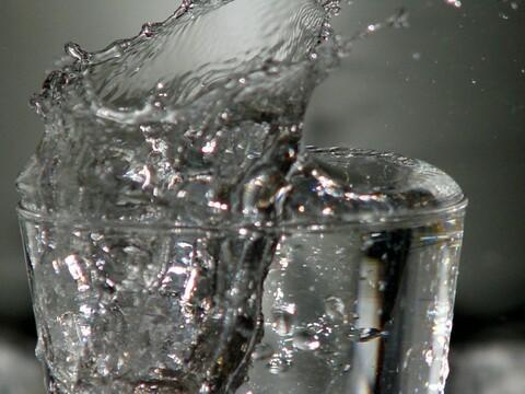 Repare à direita, a água prestes a explodir para fora do copo