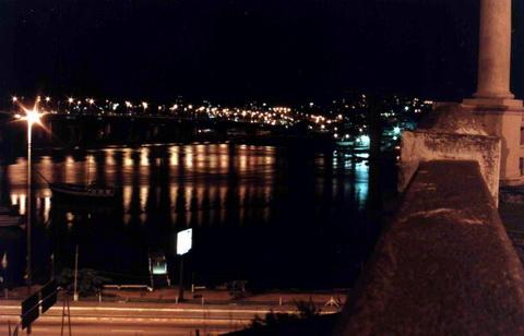 Novamente a ponte nova, com suas luzes refletidas nas águas do canal que separa a ilha do continente