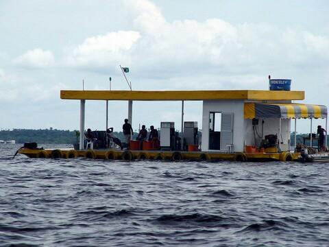Posto de Gasolina e Diesel Flutuante
